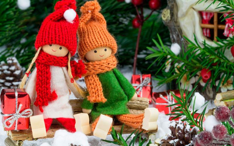 Текстильные куколки и другие игрушки добавляют праздничному оформлению некое очарование детских грёз
