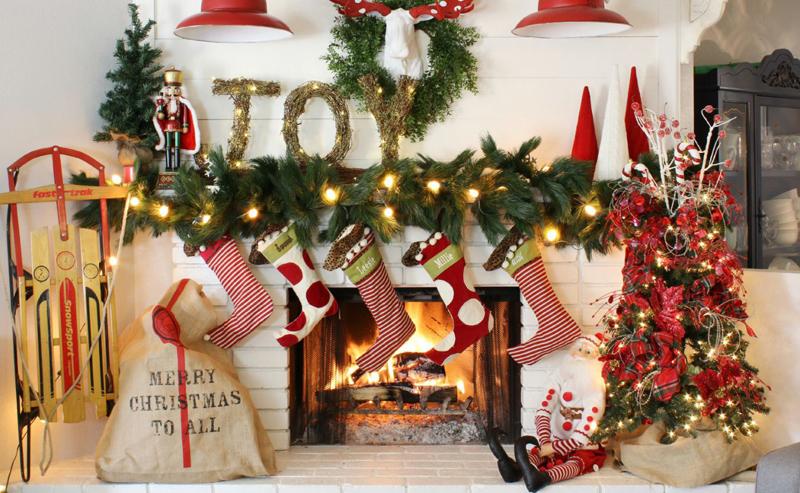 Привычный декор Рождества и Нового Года состоит из классической атрибутики и материалов красной, зелёной, белой или золотой расцветки