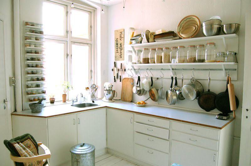 Открытые полки, полностью заставленные кухонной утварью, создают ощущение захламлённости