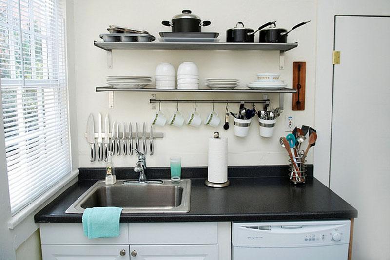 Посуда, которая размещается на открытых полочках, должна соответствовать общему дизайну кухни