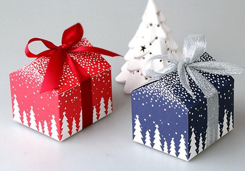 Праздничная упаковка может быть украшена простой лентой с бантом