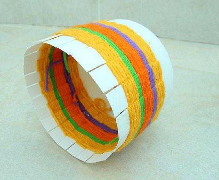 Интереснее будет смотреться корзинка, оплетённая нитками разной толщины