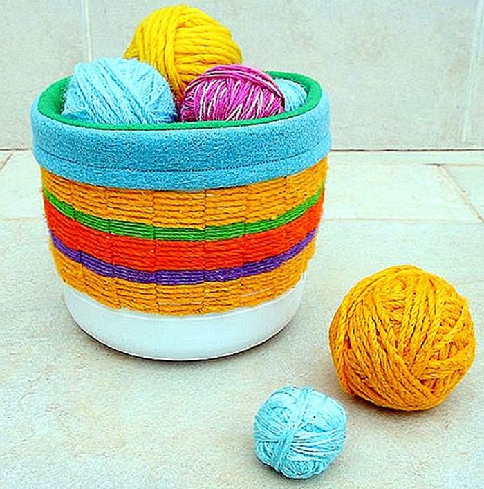 Чехол из красивой ткани можно сшить только для декорирования верха или сделать его в виде мешочка и опустить внутрь корзинки