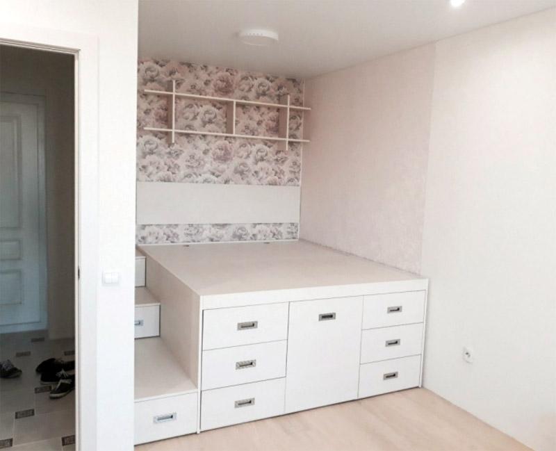 Нишу перед кроватью можно закрыть ширмой или повесить шторы