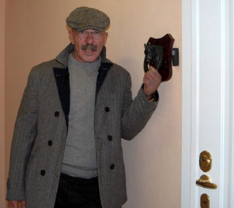 Подкова на счастье около входной двери в квартиру Александра Розенбаума