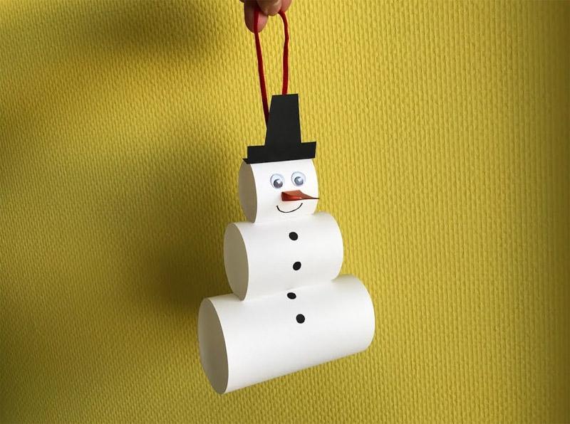 Такого снеговичка из полосочек, свернутых в трубочку, смогут сделать даже малыши