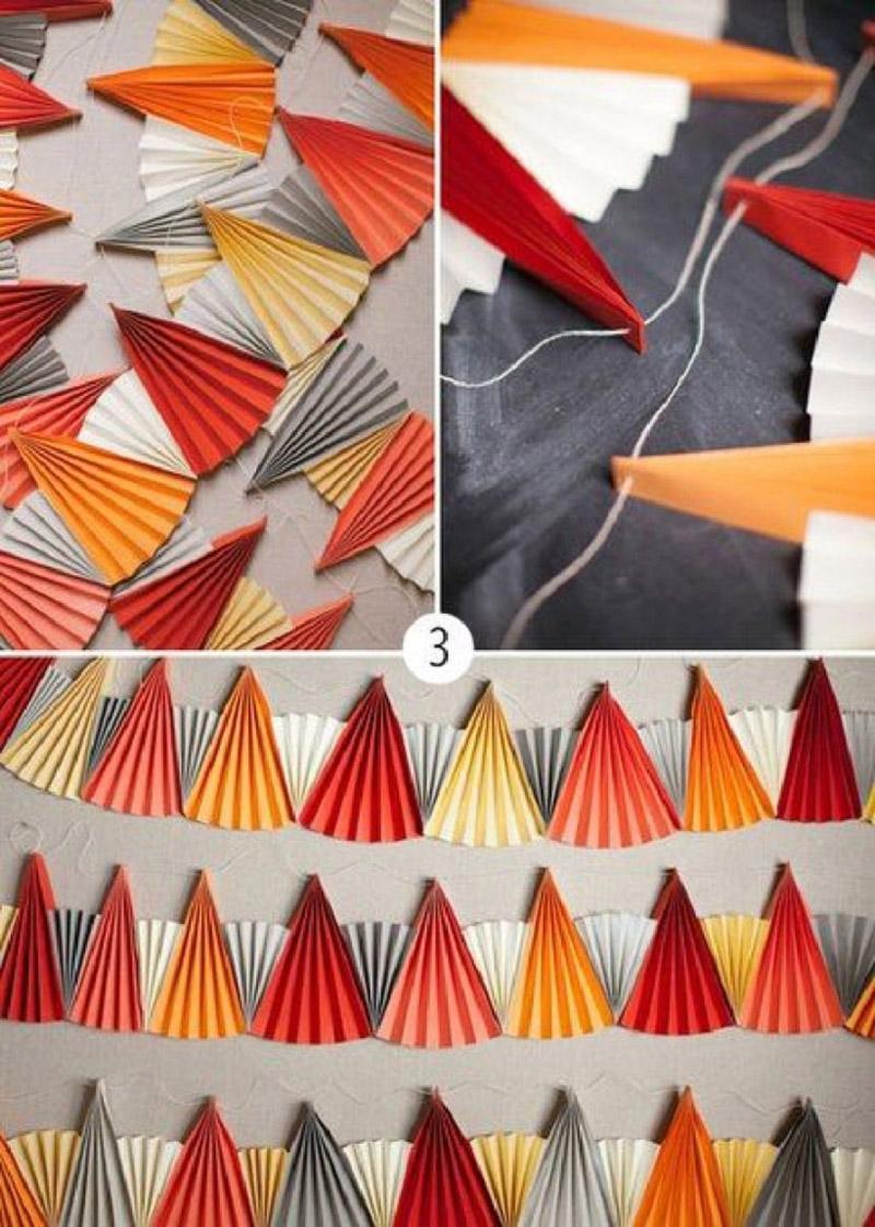 Сложить веером несколько бумажных листиков, склеить их между собой как показано на рисунке и закрепить на ниточке