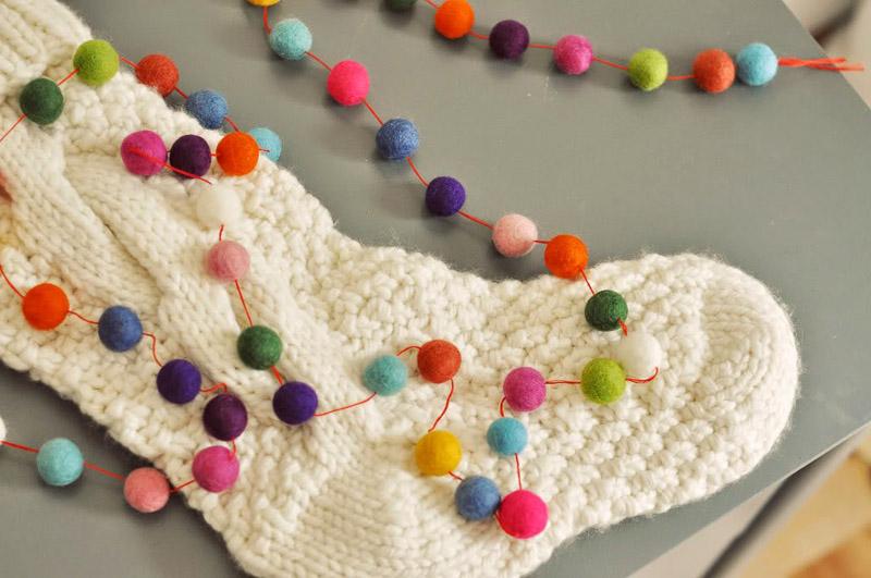 Для изготовления шариков нужно взять цветной войлок, намочить его под краном, сминать рукой до достижения плотной структуры, дополнительно можно использовать мыло