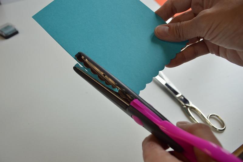 Обрезать карая голубого картона фигурными ножницами