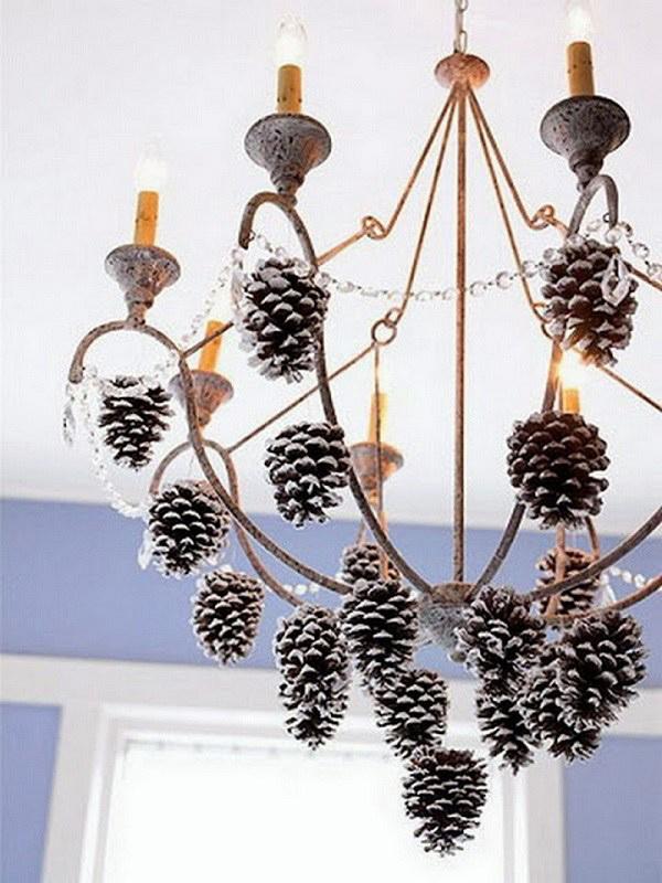Закрепить украшения к хрустальным подвескам или к каркасу помощью декоративных ленточек