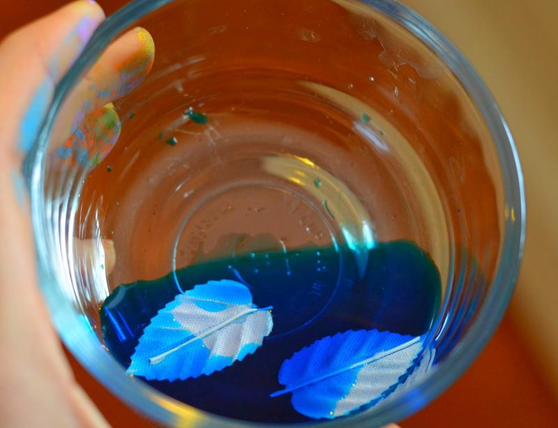 Вымочить листики-крылышки в окрашенной воде и просушить