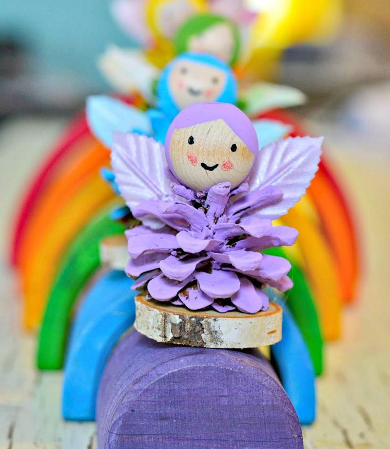 Приклеить головы и крылышки к шишкам, дополнительно нужно закрепить веревочку, чтобы игрушку можно было повесить на елочку
