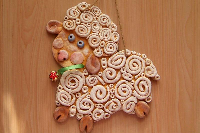 Из жгутиков-завитков можно сделать новогоднего барашка и украсить его декоративным ошейником с бусинкой