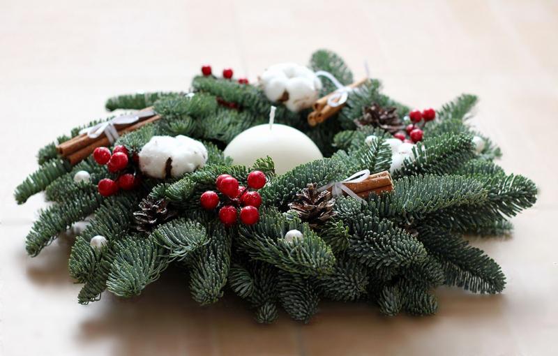 Праздничный новогодний подсвечник, сделанный своими руками из еловых веток, принесёт в дом приятный запах хвои и украсит собой торжественный ужин