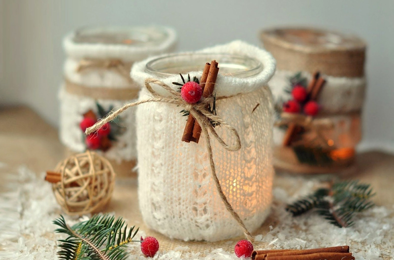 Старые рукава от свитера прекрасно утеплят баночку и пропустят достаточное количество новогоднего света