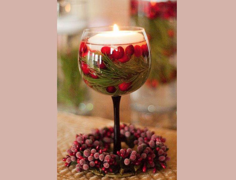 Фужер на длинной ножке удивительно красив с плавающей свечой в новогоднем декоре