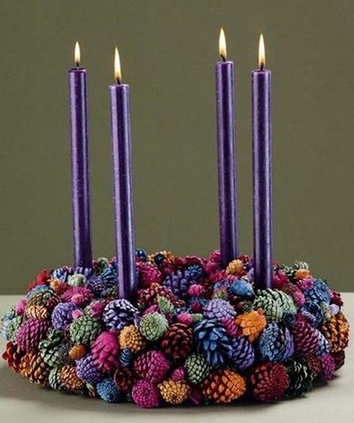 В основе находится круглый плотный картон из-под коробки, на который воском прикрепили свечи