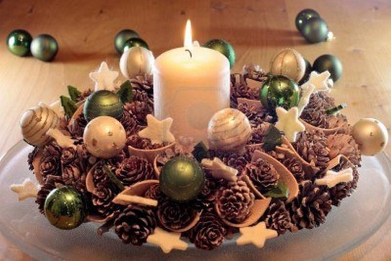 Необязательно склеивать элементы поделки — всё выкладывают на тарелку средней глубины, в центре которой установлена свеча