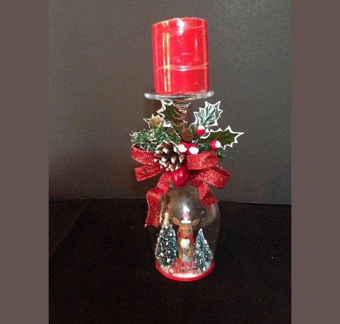 Широкие свечи легко приклеиваются на донышко бокала горячим воском. Сам бокал устойчив, поэтому станет отличным свечным ложе!