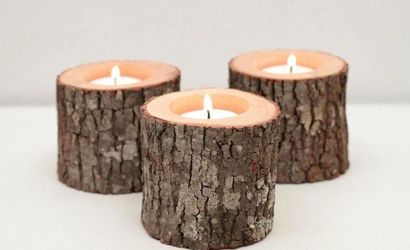 Напилив нужное количество маленьких чурок и зашкурив основания, дрелью выпиливают отверстие по размеру свечи