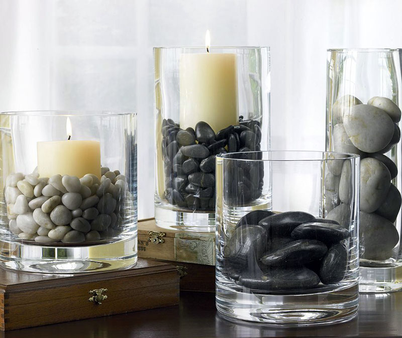 Простой и стильный вариант: любые камушки или бусины засыпаются в пространство между свечой и стенками стакана