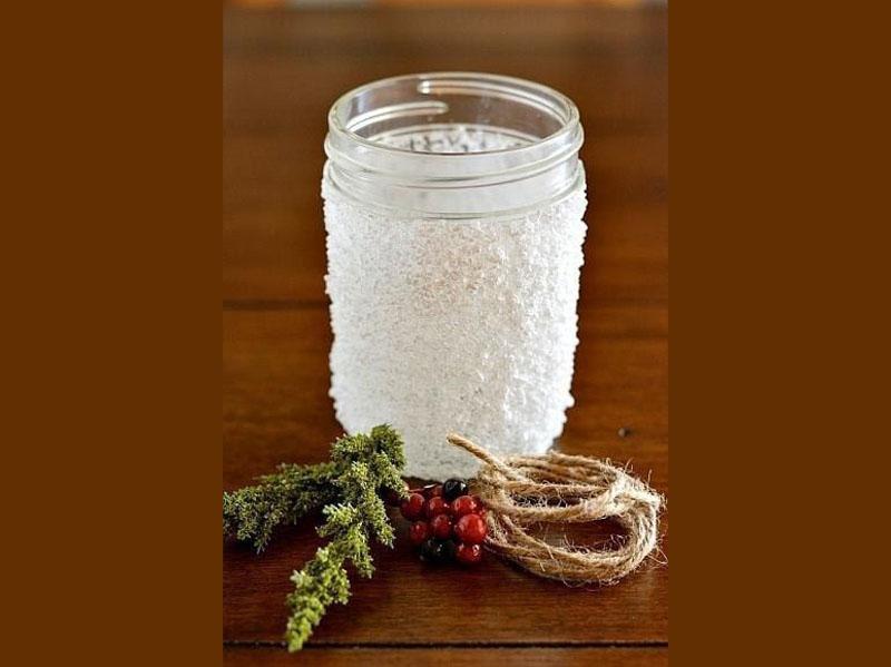 Обмазываем баночку клеем и обсыпаем её солью. Не жалеем ни того, ни другого материала. Можно насыпать сверху немного блёсток