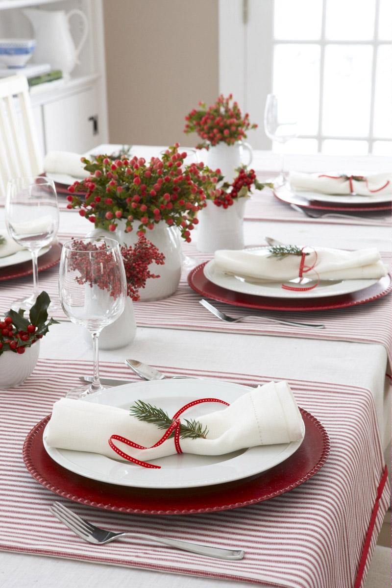 Если на столе не нашлось места для большой композиции, еловыми лапками можно украсить салфетки