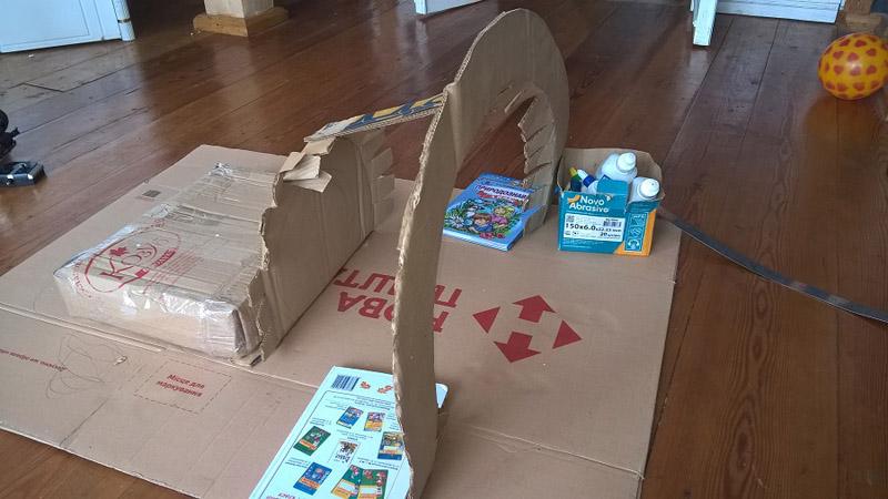 Для устойчивости конструкции необходимо поставить опору для задней стенки в виде коробки
