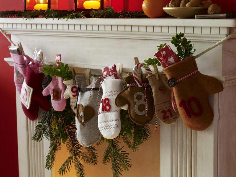 Гирлянды из хвои можно дополнить варежками или носочками для подарков