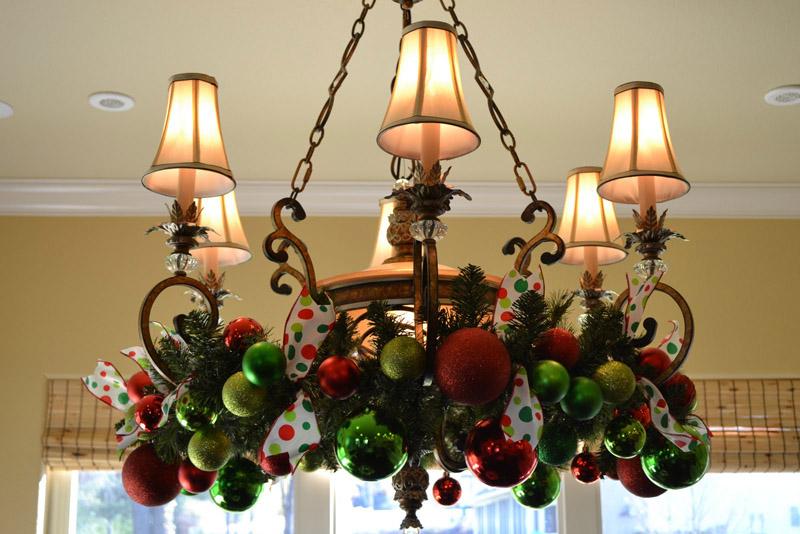 Рождественские подвесы из ели можно закрепить на люстре, зеркале или на окне