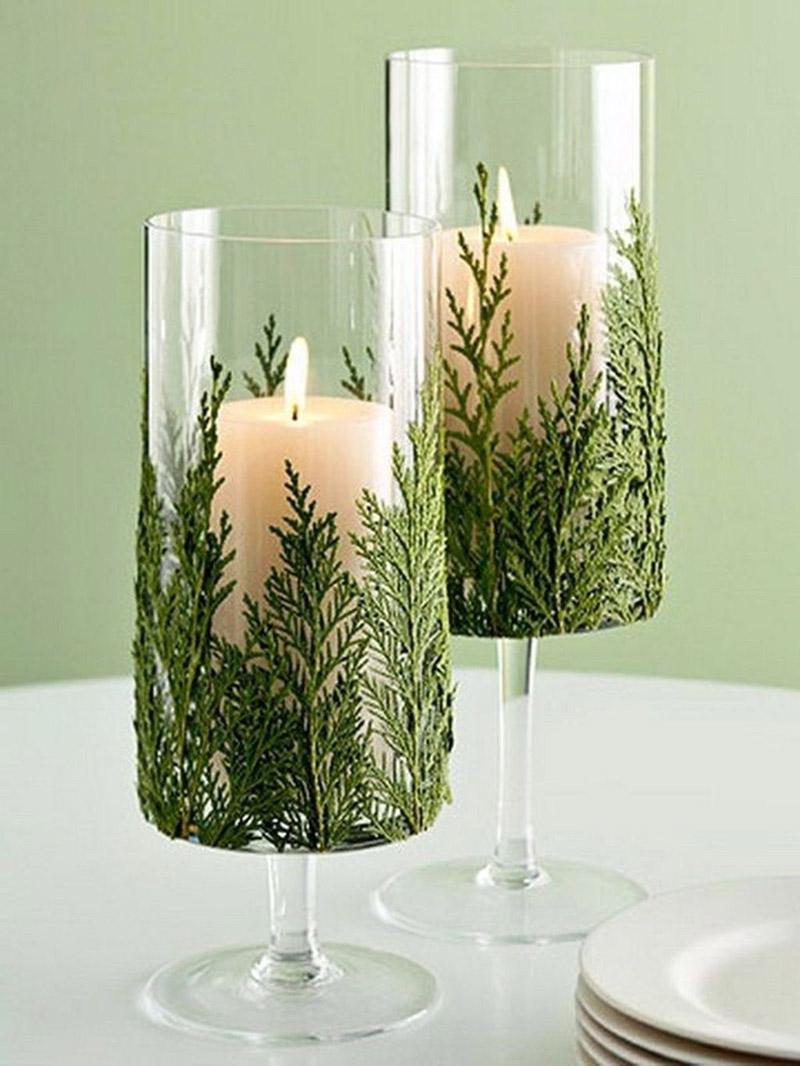 Веточками хвои можно украсить бокалы под рождественские свечи