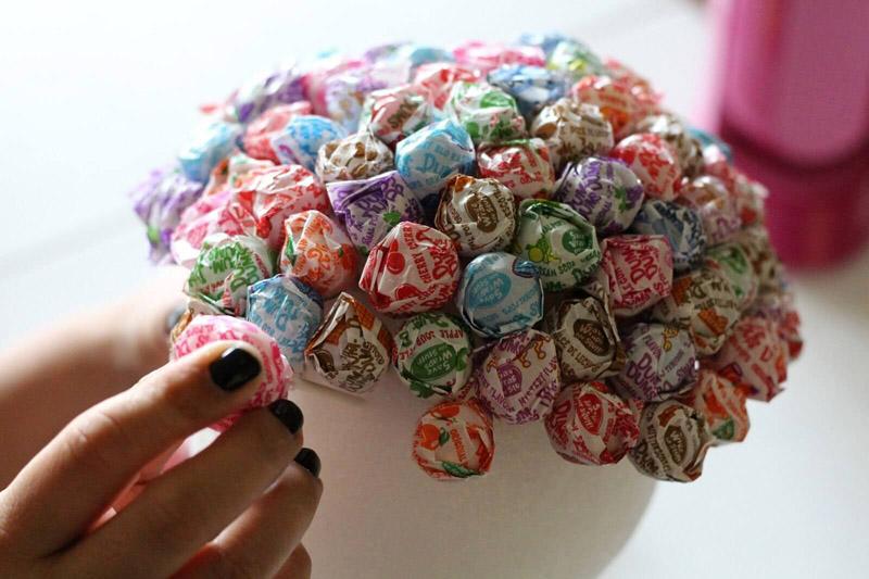 Кто-то в основу использует пенопласт, в который вставляют конфеты, привязанные к зубочисткам, или чупа-чупсы, если подарок предназначается юной девушке