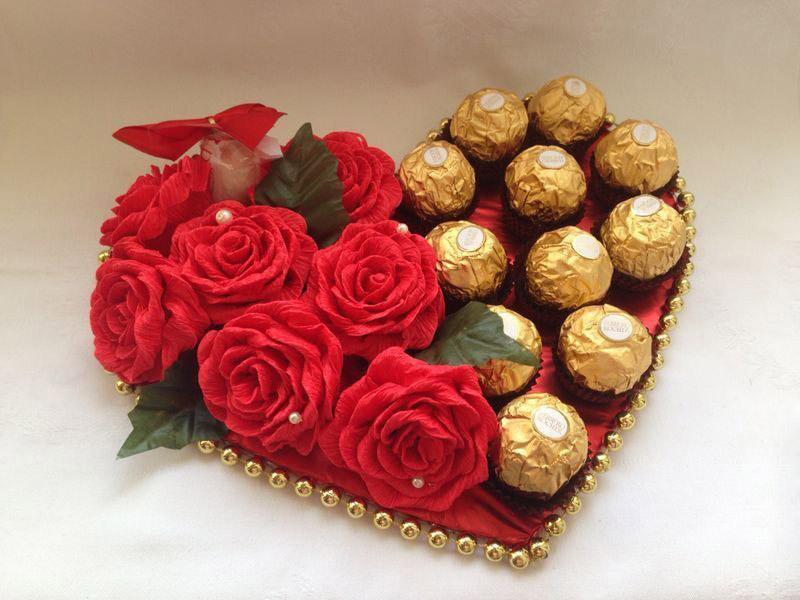 Живые цветы тоже будут хорошими соседями конфеткам. Но в этом случае нужна подложка из влажной флористической губки