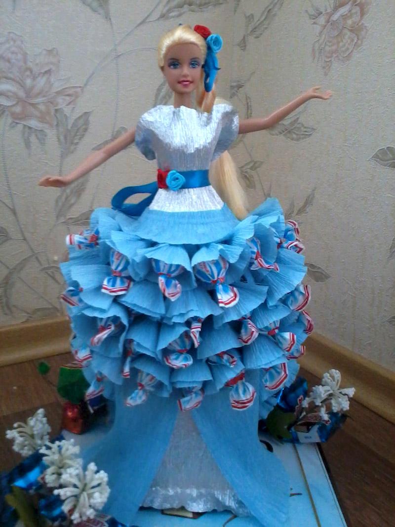 Кукла будет устойчива благодаря конфетной юбке
