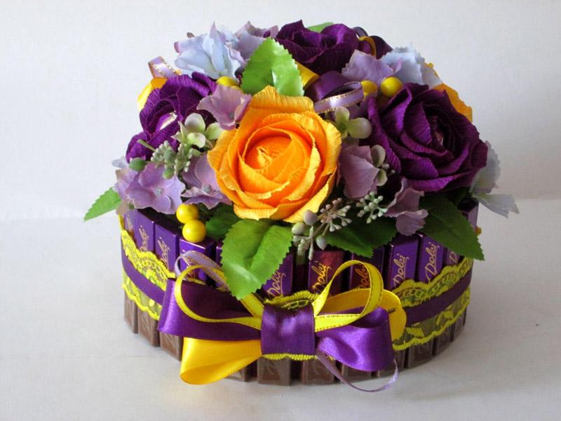 Цветы с конфетками украсят тортик!