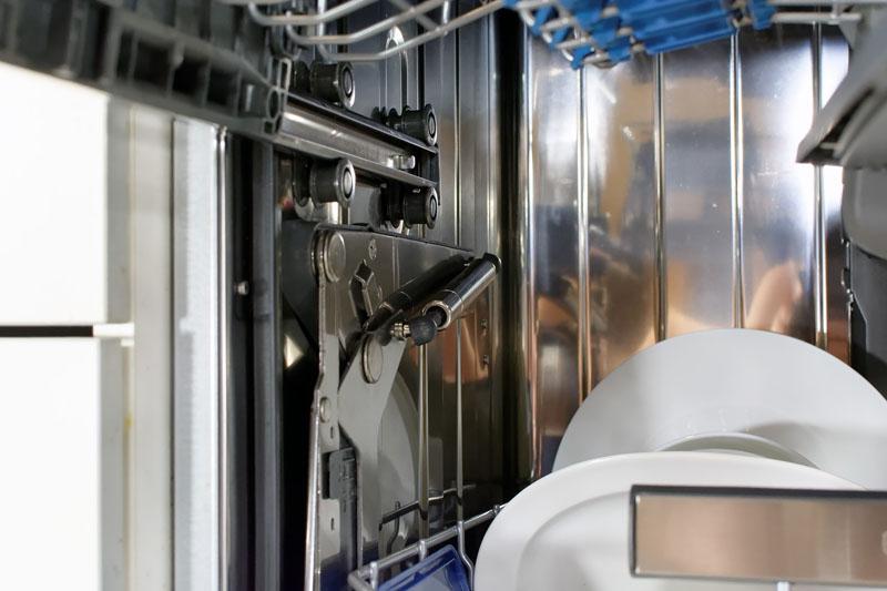Интерьер посудомойки состоит из кучи разных разбрызгивателей, рычагов и держателей