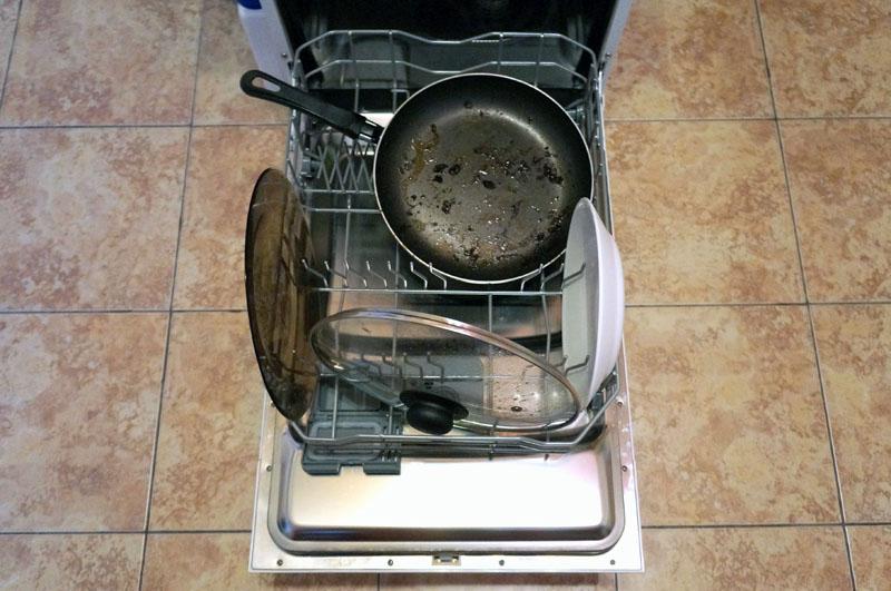 Даже самая загрязненная посуда отмоется в посудомоечной машине