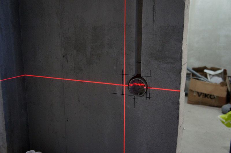 Лазерный уровень тоже весьма удобен при разметке стен