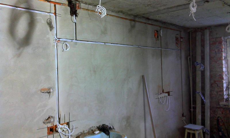 Аккуратный монтаж поможет в будущем не пробить кабели при сверлении стены