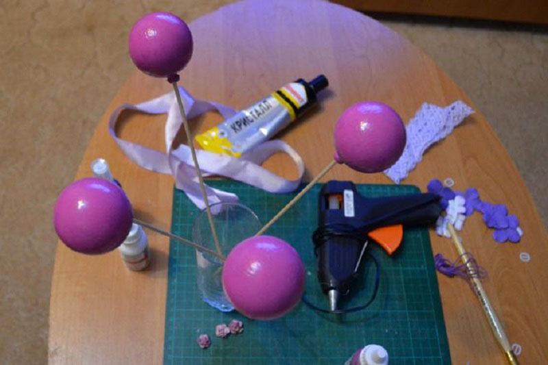 Чтобы не было подтёков, можно закрепить шары на деревянные шпажки