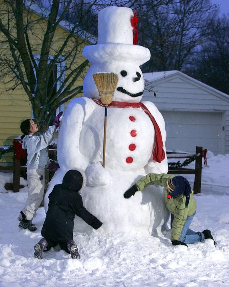 Для лепки снеговика нужно взять с собой запасные варежки или перчатки