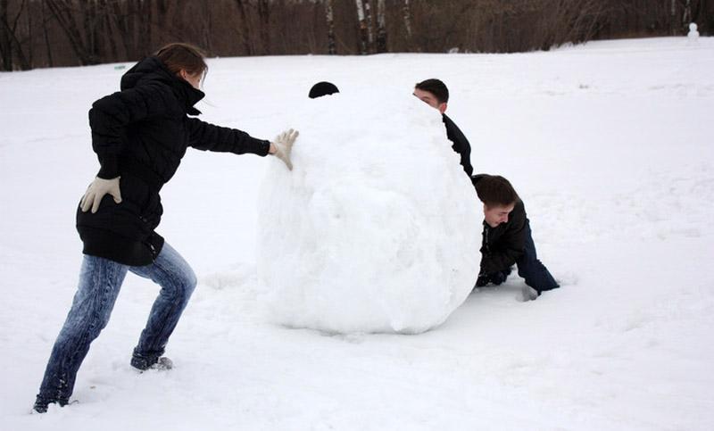 Снежный ком нужно катать в разные стороны