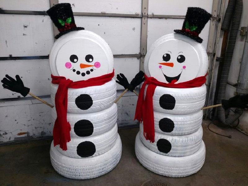 Два снеговичка-джентльмена радостно встречают гостей