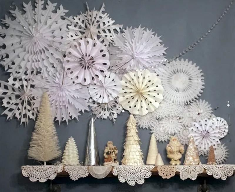 Можно сделать снежинки из бумаги в разных техниках