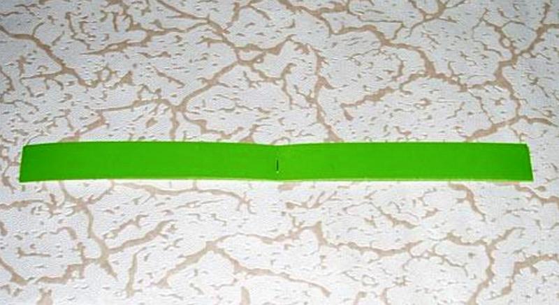Сложить половину полосок стопкой и проколоть степлером посередине