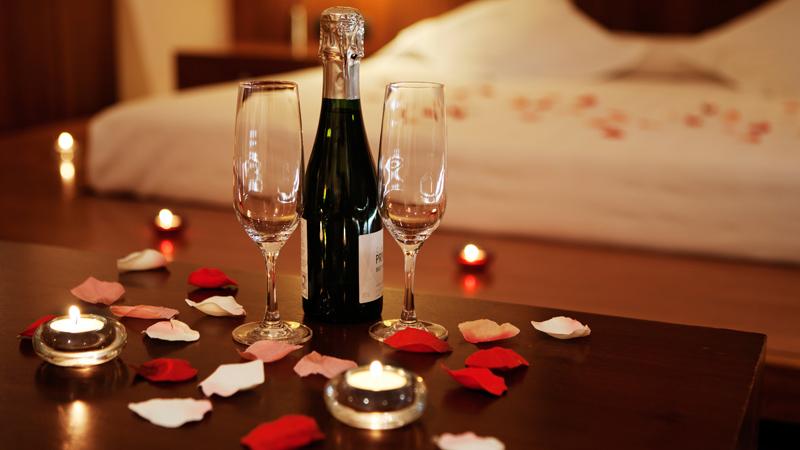 Если это свидание, пригодится лёгкий ужин и лепестки роз