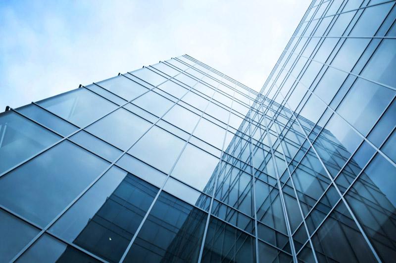 Стеклоблокирующий материал может устанавливаться на уже установленное стекло или между оконными рамами