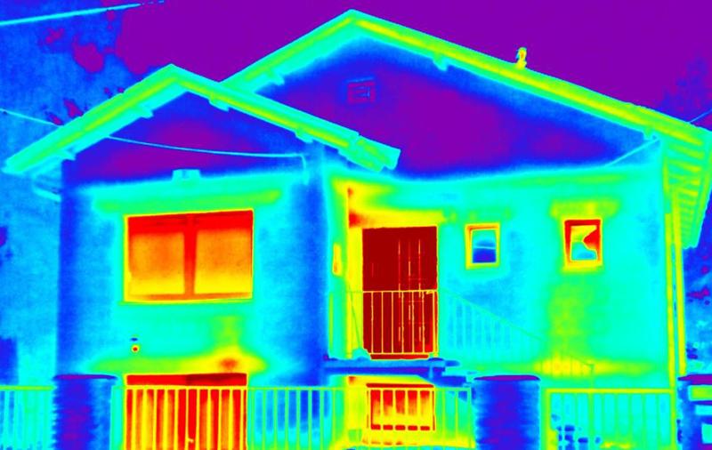 Яркие зоны показывают высокую температуру и на их основе можно определить, где происходит утечка тепла