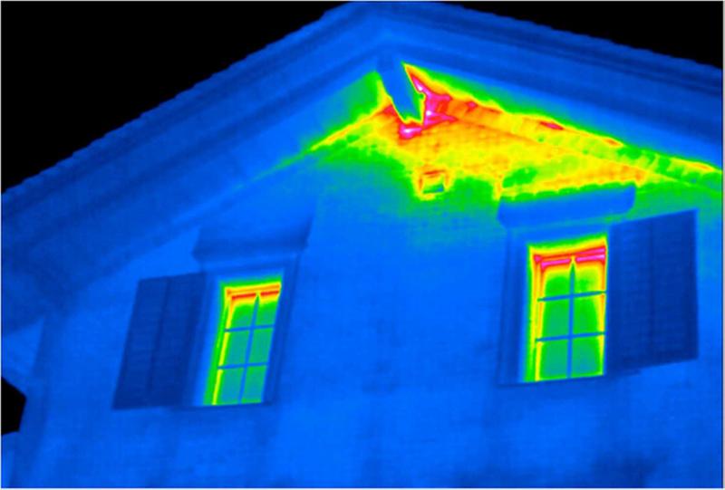 Светлые зоны на стыке кровли и стены говорят о неправильном утеплении и утечке тепла