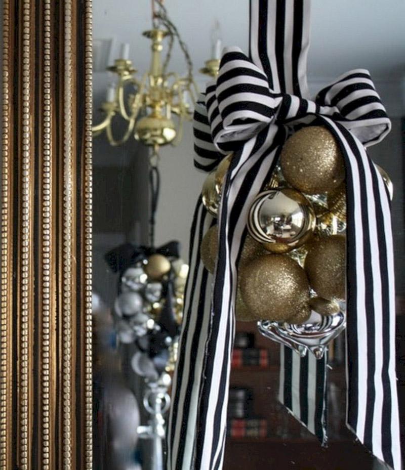Классические чёрно-белые ленты украшают гирлянду из золотых шаров
